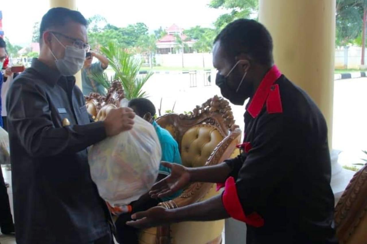 Walikota Kendari Menyerahkan Sembako Kepada 7 Mahasiswa Papua