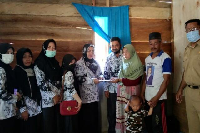 Ketua PGRI Kecamatan Tirawuta Sambagi Keluarga Yang Rumahnya Hagus Terbakar