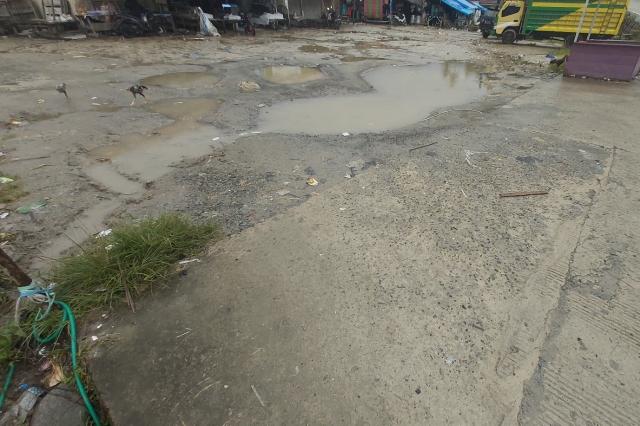 Genangan Air di Depan Pasar Mambi Pasca Diguyur Hujan